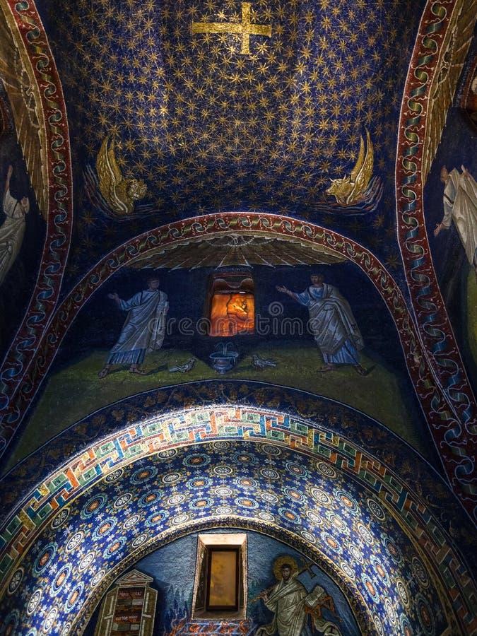 Inre av den Galla Placidia mausoleet i Ravenna royaltyfri foto