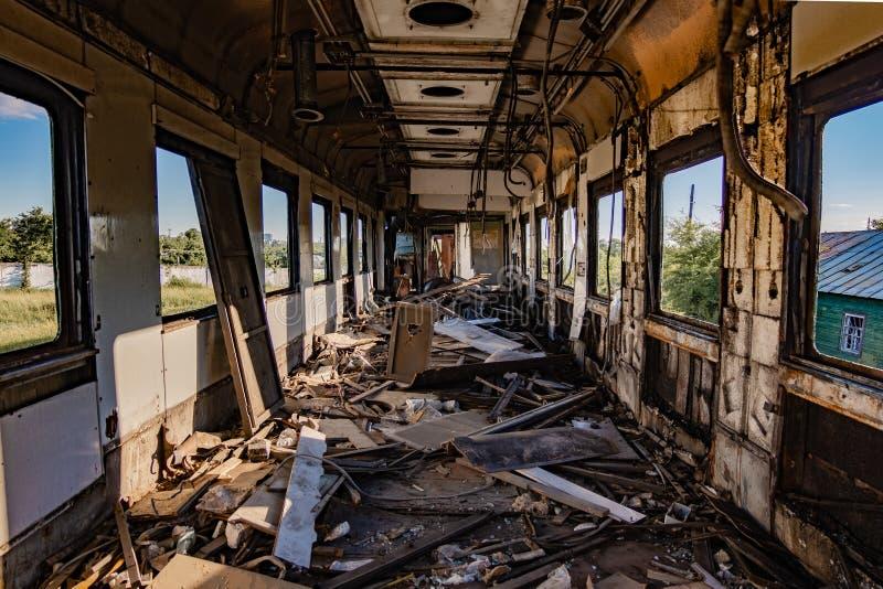 Inre av den gamla övergav brutna järnväg vagnen arkivfoto