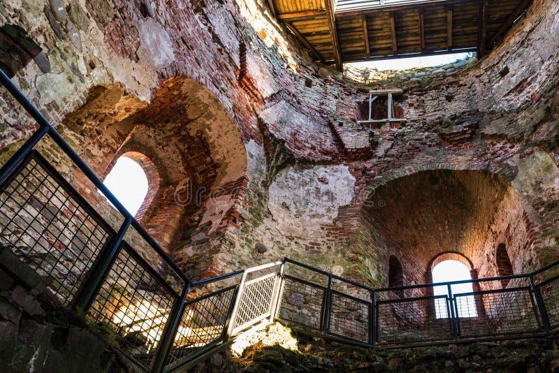 Inre av den gamla medeltida slotten fördärvar i den Bauska staden, Lettland arkivbilder