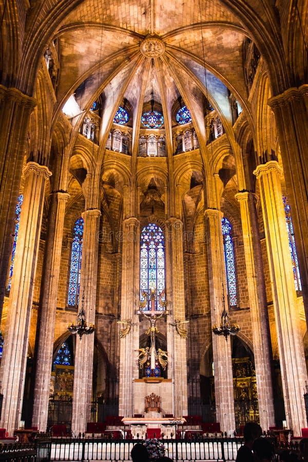 Inre av den gotiska Barcelona domkyrkan, Spanien royaltyfri bild