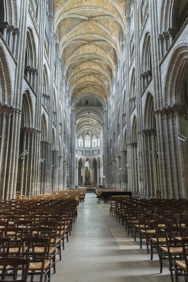 Inre av den gotiska domkyrkan i Frankrike royaltyfri bild