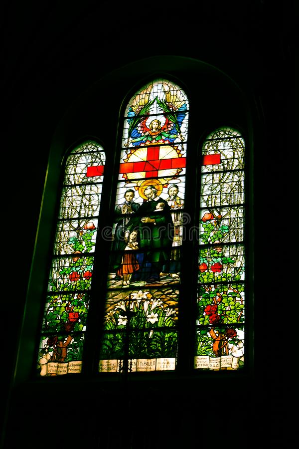 Inre av den gotiska katolska kyrkan royaltyfri bild