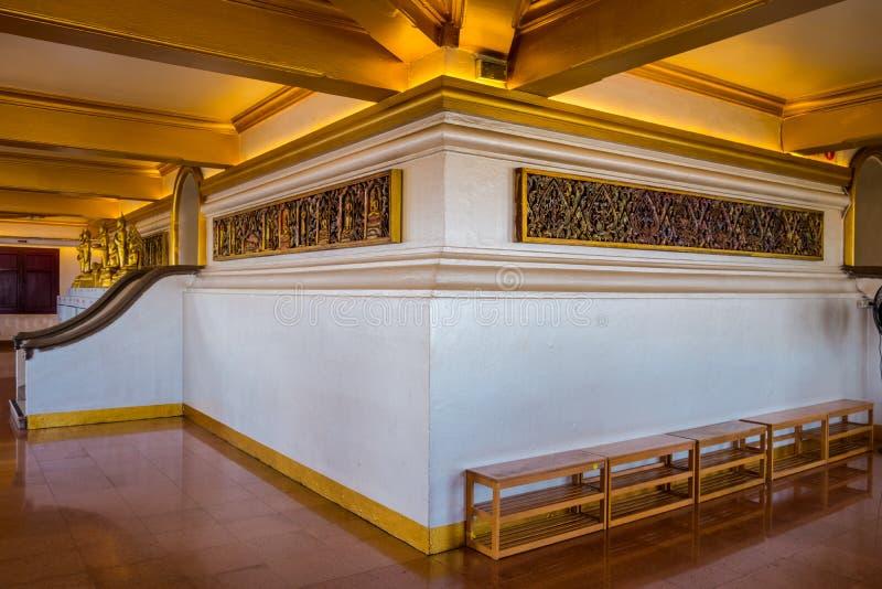 Inre av den guld- berg- eller Wat Saket templet royaltyfri bild