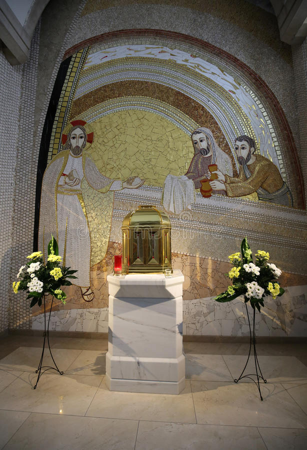 Inre av den huvudsakliga upperkyrkan i mitten av påven John Paul II i Cracow royaltyfri bild