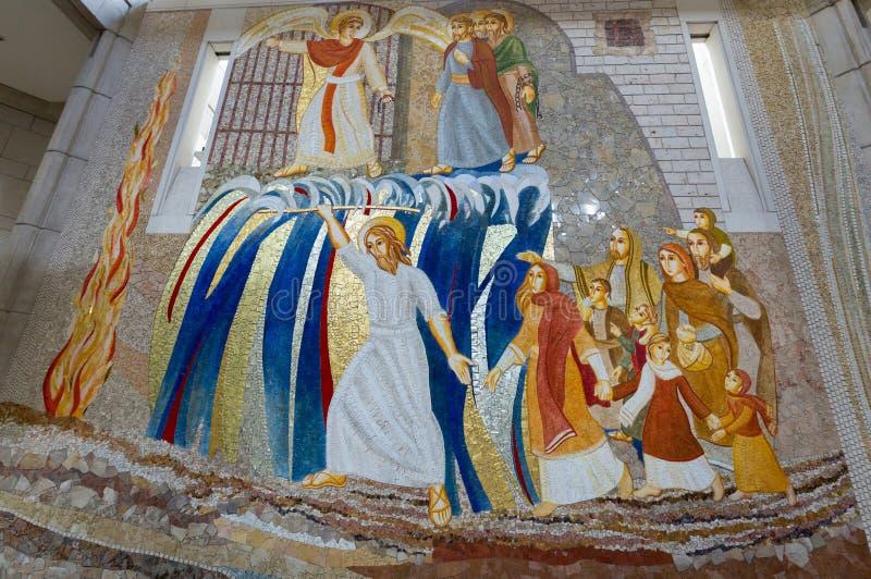 Inre av den huvudsakliga upperkyrkan i mitten av påven John Paul II i Cracow, royaltyfria bilder