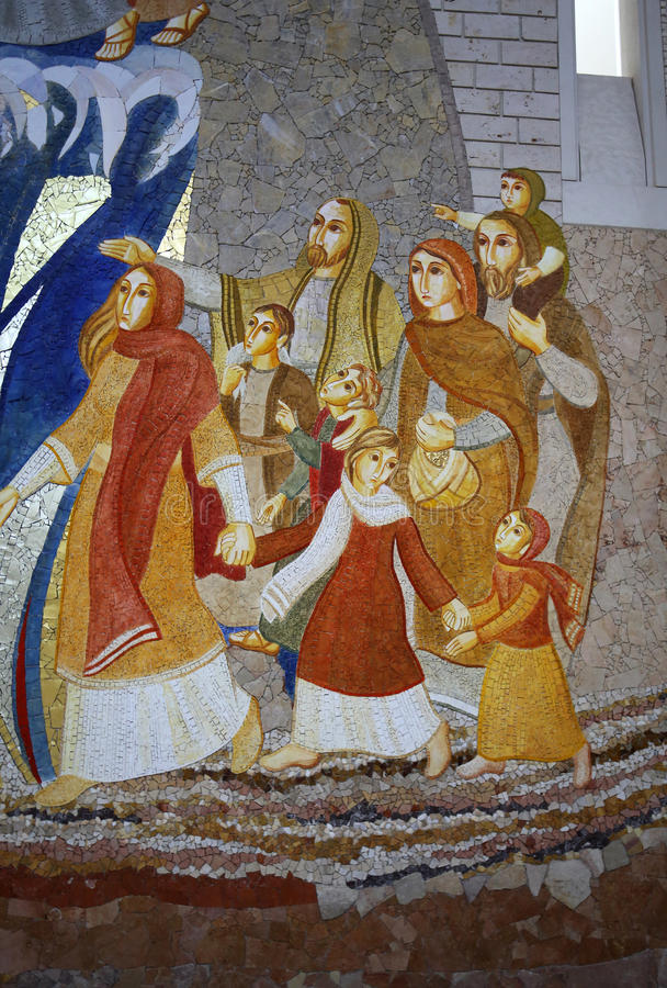 Inre av den huvudsakliga upperkyrkan i mitten av påven John Paul II i Cracow arkivbild