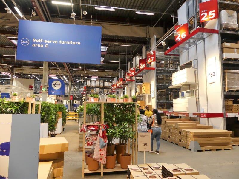 Inre av den IKEA detaljisten arkivfoton