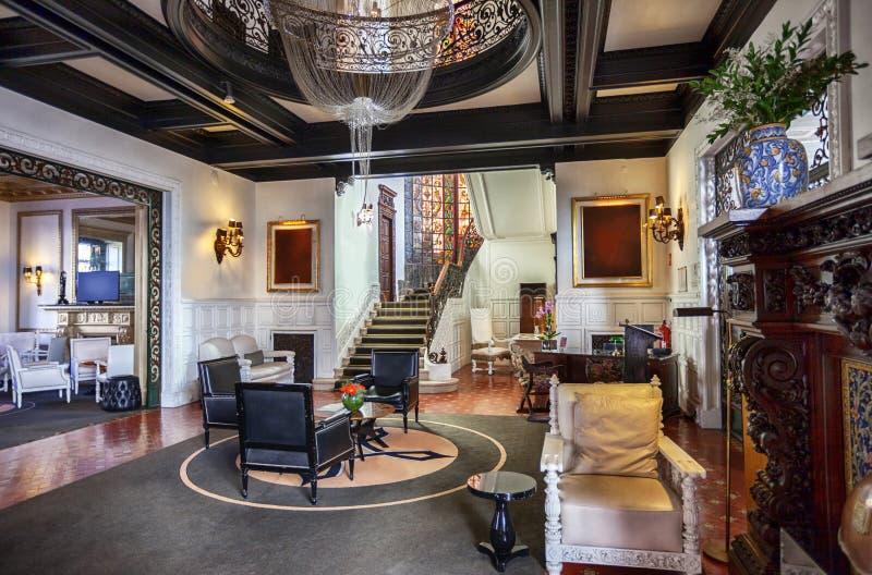 Inre av den klassiska lobbyen för lyxigt hotell royaltyfria foton