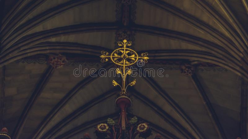 Inre av den Lichfield domkyrkan - korsskärmdetaljer - Decorat royaltyfri fotografi