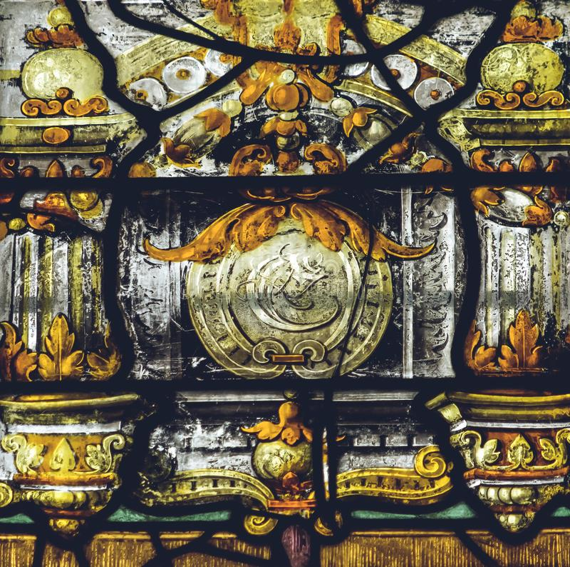 Inre av den Lichfield domkyrkan - målat glass i damen Chapel arkivfoto