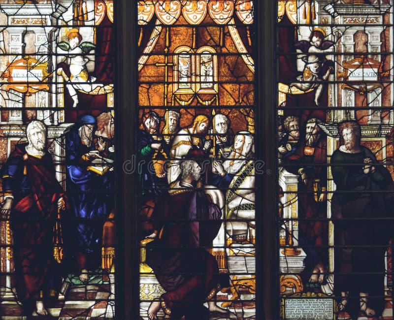 Inre av den Lichfield domkyrkan - målat glass i damen Chapel arkivbild