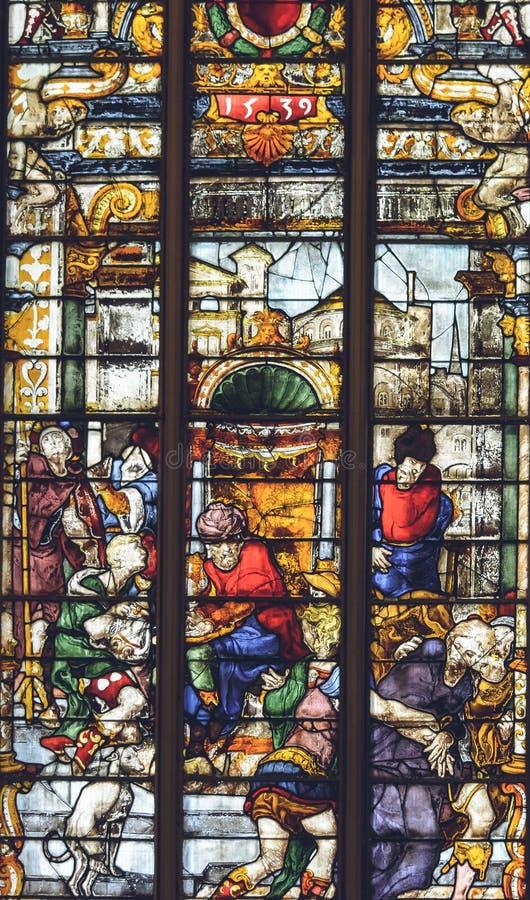 Inre av den Lichfield domkyrkan - målat glass i damen Chapel arkivfoton