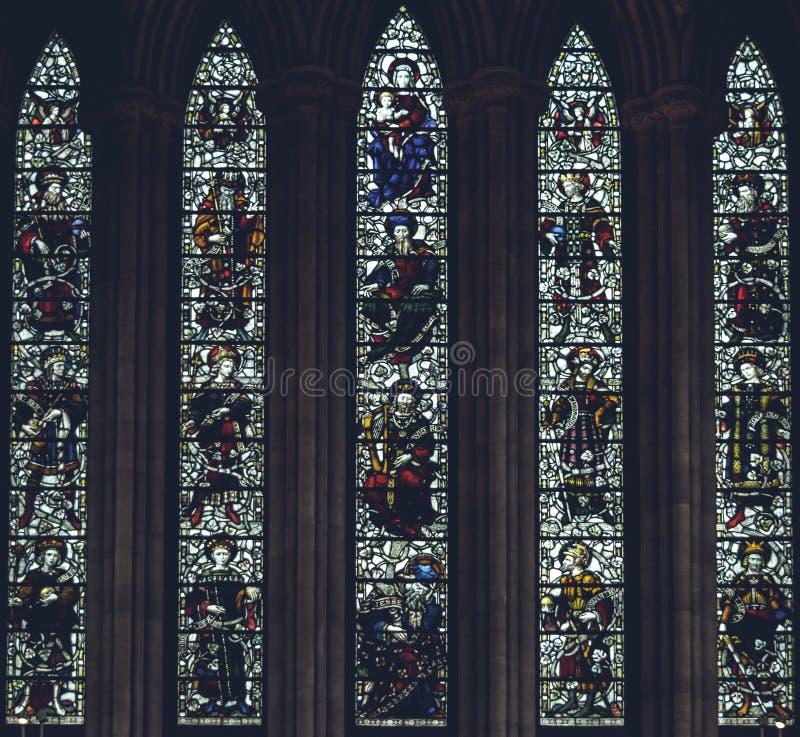 Inre av den Lichfield domkyrkan - målat glass i norr Transe arkivfoton