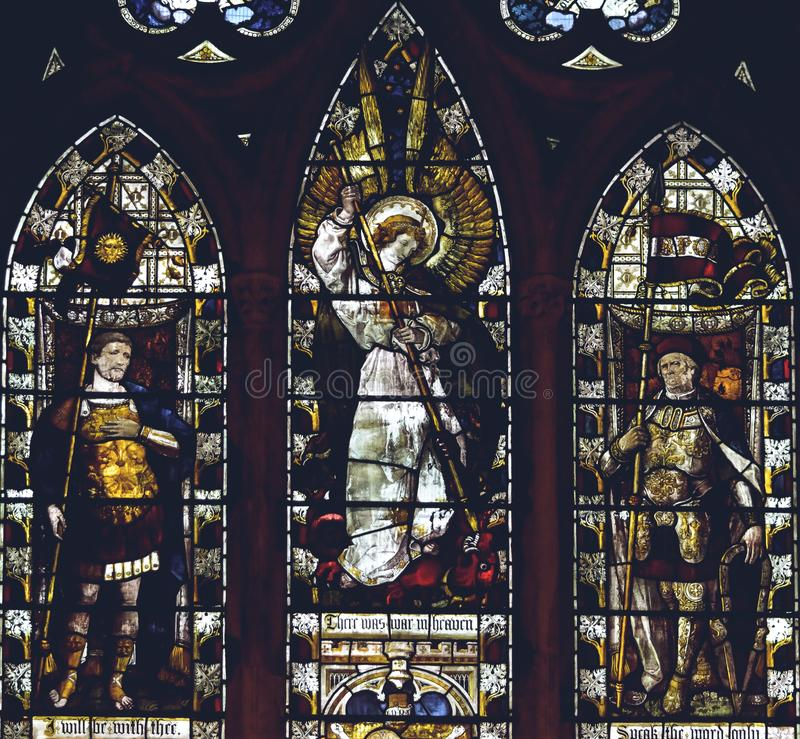 Inre av den Lichfield domkyrkan - slut för målat glassskepp C upp arkivfoton