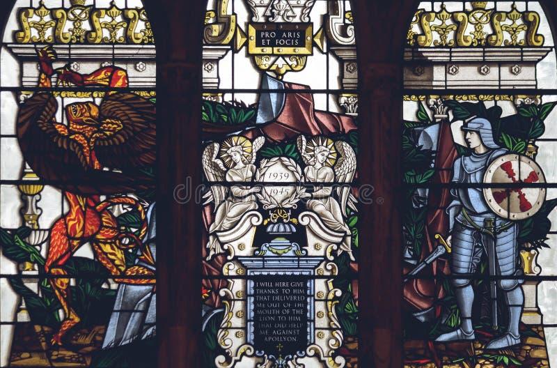 Inre av den Lichfield domkyrkan - slut för målat glassskepp F upp royaltyfri foto