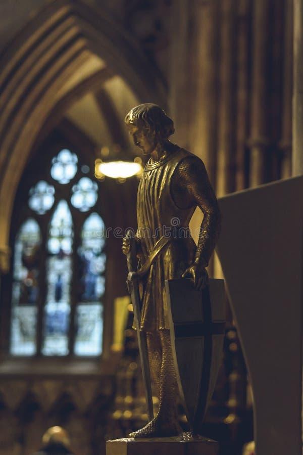 Inre av den Lichfield domkyrkan - staty av St George royaltyfri foto