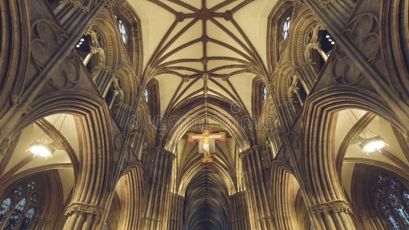 Inre av den Lichfield domkyrkan - symbol - hängande kors och Ceil arkivbild
