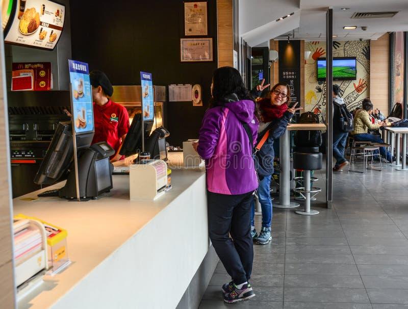 Inre av den McDonald restaurangen royaltyfri foto