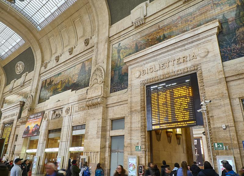 Inre av den Milano Centrale drevstationen Milan Lombardy, Italien arkivbilder