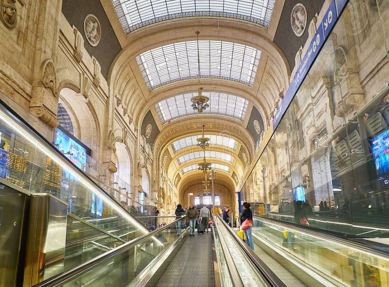 Inre av den Milano Centrale drevstationen Milan Lombardy, Italien fotografering för bildbyråer