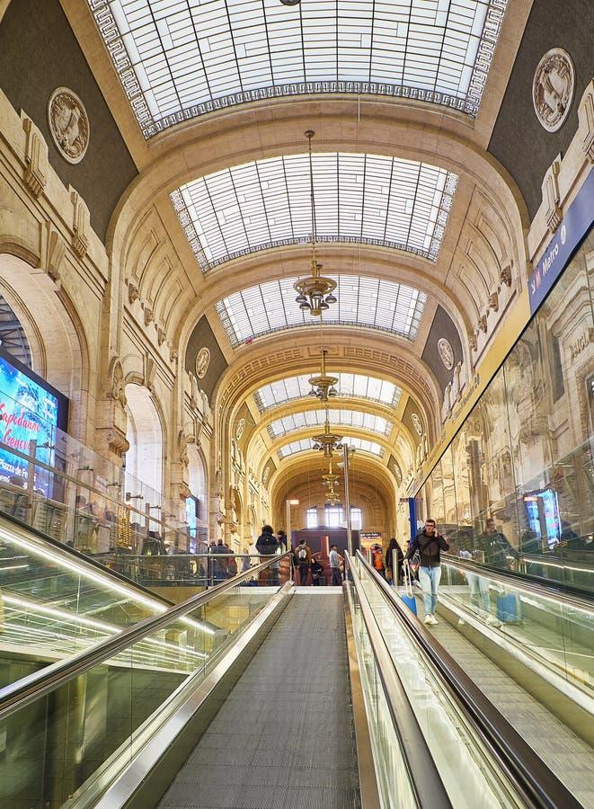 Inre av den Milano Centrale drevstationen Milan Lombardy, Italien arkivfoto