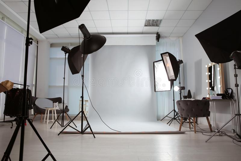 Inre av den moderna fotostudion fotografering för bildbyråer