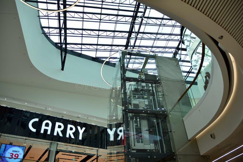 Inre av den moderna köpcentret Galeria Mlociny arkivfoto