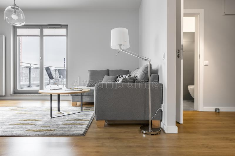 Inre av den moderna lägenheten i vit arkivbilder