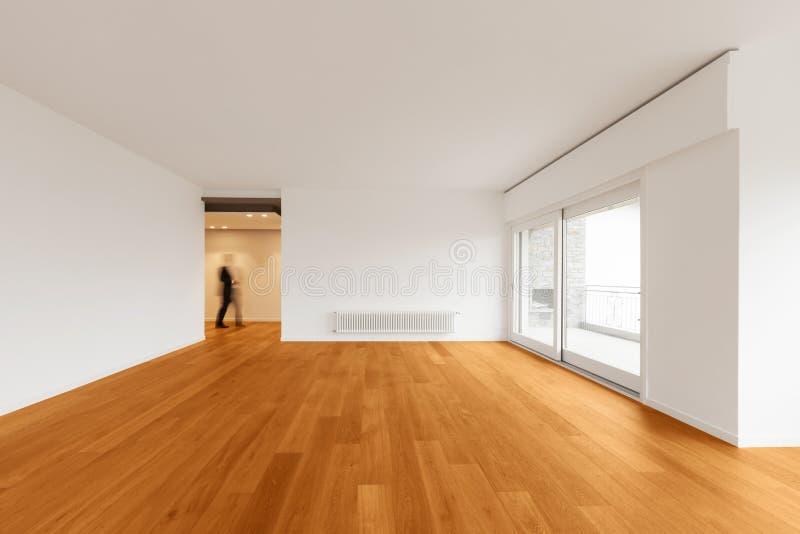 Inre av den moderna lägenheten, tömmer rum arkivfoto