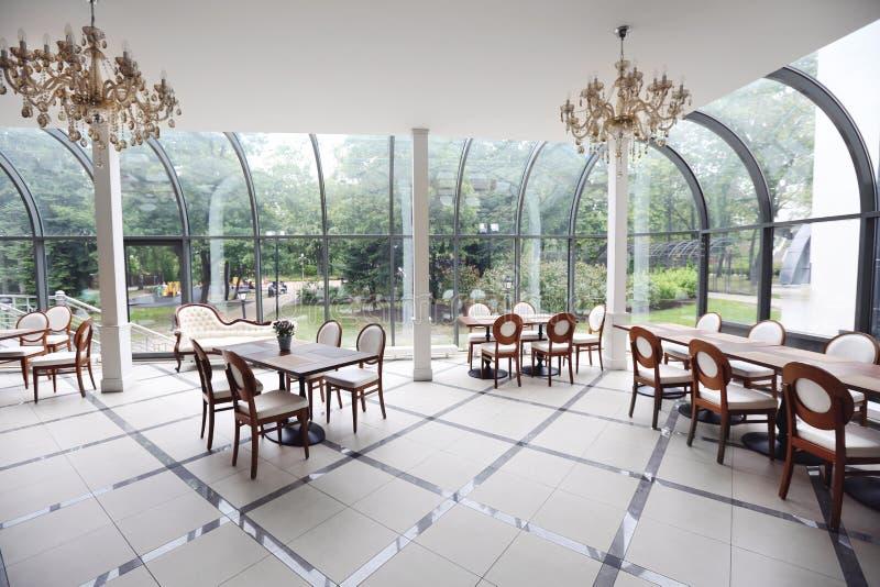 Inre av den moderna restaurangen royaltyfria foton