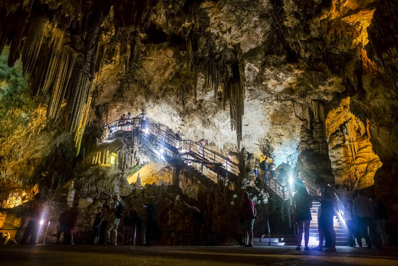 Inre av den naturliga grottan i Andalusia, Spanien -- Inom Cuevasen de Nerja royaltyfria bilder