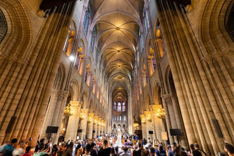 Inre av den Notre Dame de Paris domkyrkan arkivbild