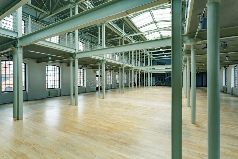 Inre av den nya fabrikskorridoren royaltyfri foto