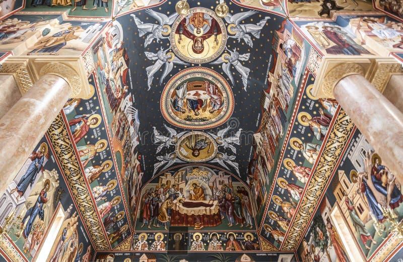 Inre av den rumänska ortodoxa kyrkan av Kristi födelsen i Jericho, frescoesna av taket royaltyfri fotografi