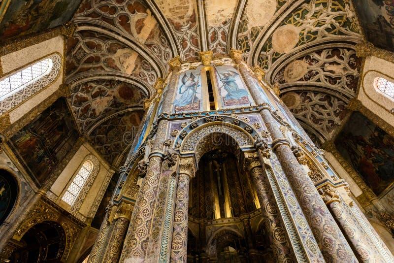 Inre av den runda kyrkan dekorerade med sen gotisk målning arkivfoton