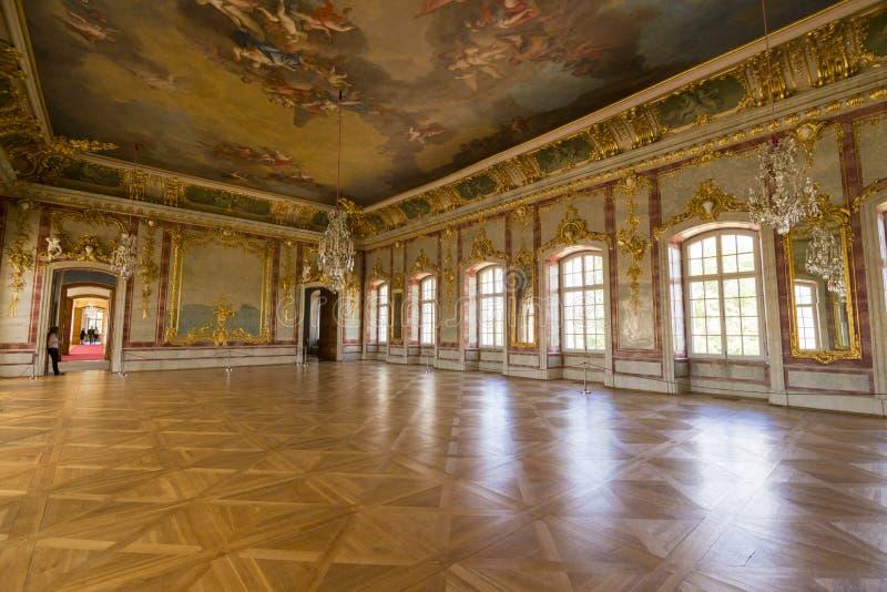 Inre av den Rundale slotten Den guld- Hallen royaltyfri foto