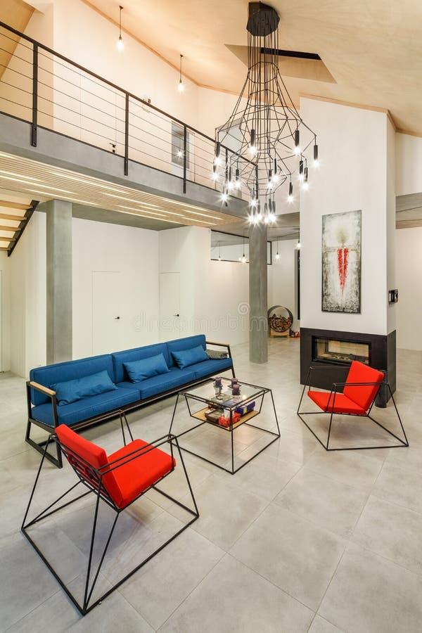 Inre av den rymliga vardagsrummet är modern i stil med arkivfoto