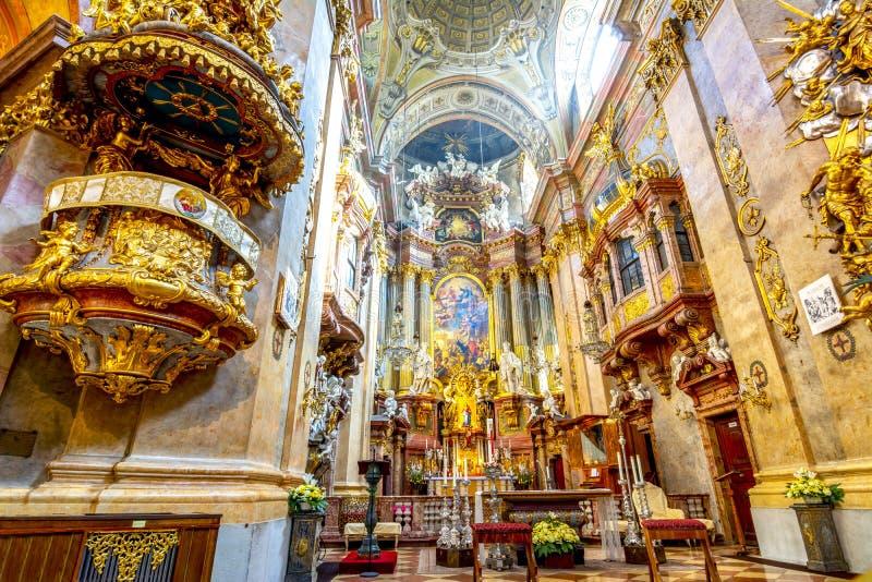 Inre av den St Peter kyrkan Peterskirche i Wien, Österrike royaltyfria foton