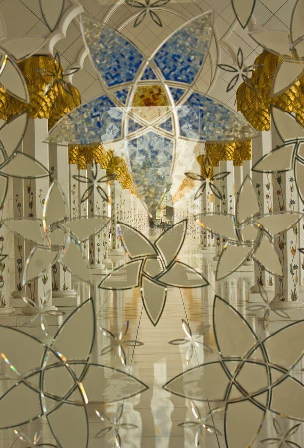 Inre av den storslagna moskén i Abu Dhabi royaltyfri bild