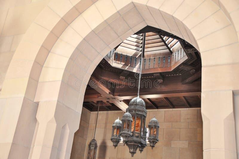 Inre av den storslagna moskén Sultan Qaboos arkivbilder