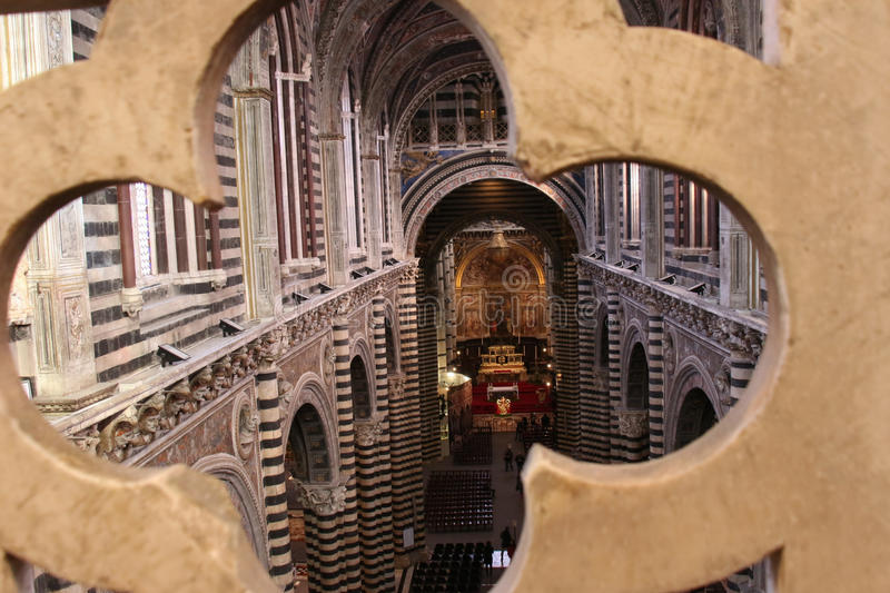 Inre av den storstads- domkyrkan av Santa Maria Assunta och porten av himmel, Siena, Tuscany italy royaltyfri bild