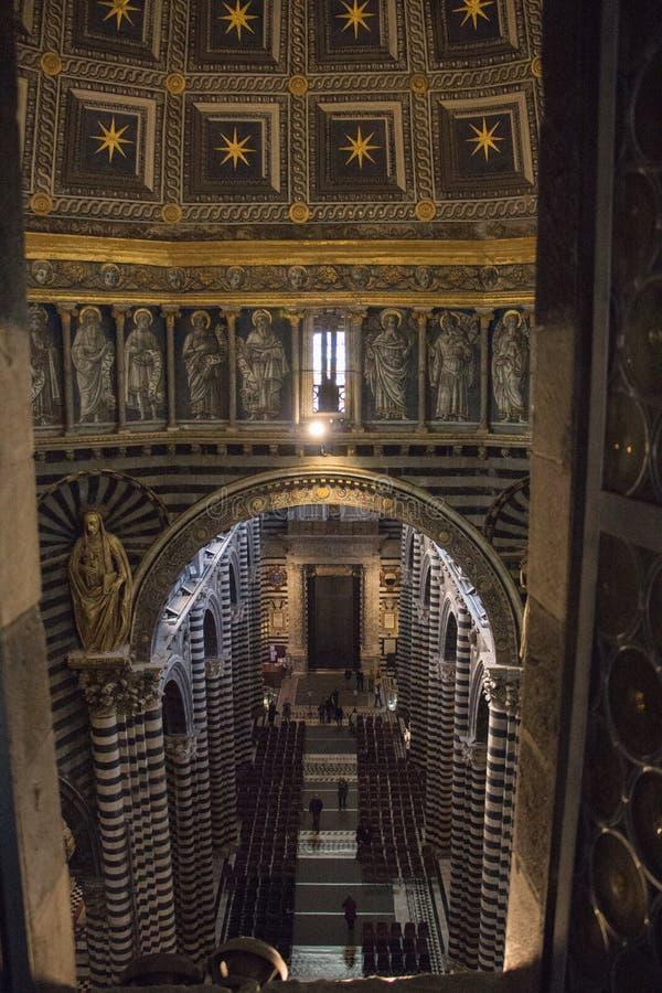 Inre av den storstads- domkyrkan av Santa Maria Assunta tuscany italy arkivbild