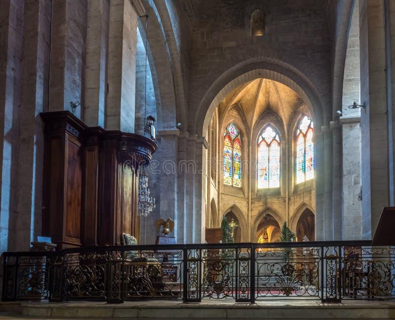 Inre av den StTrophime kyrkan, Arles, Frankrike royaltyfri bild