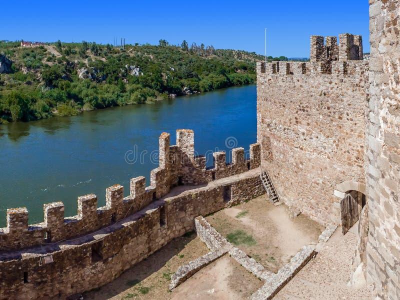Inre av den Templar slotten av Almourol och Tagus River arkivbild