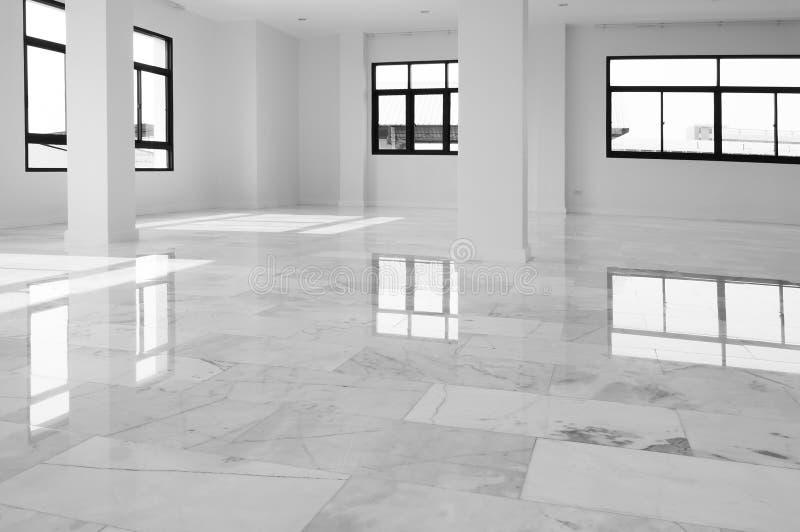 Inre av den tomma lägenheten, brett rum med marmorgolvet Vitt med inre bakgrund för grå färgmarmorgolv Vit marmor, kvartstextu arkivbild