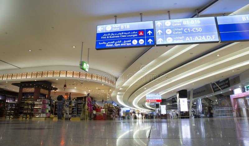 Inre av den tullfria flygplatsen shoppar i Dubai arkivfoto