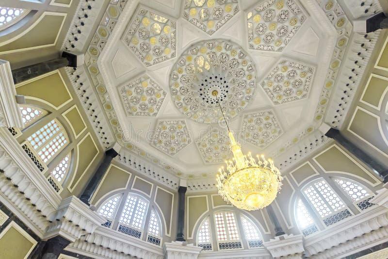 Inre av den Ubudiah moskén i Kuala Kangsar, Perak, Malaysia royaltyfri fotografi