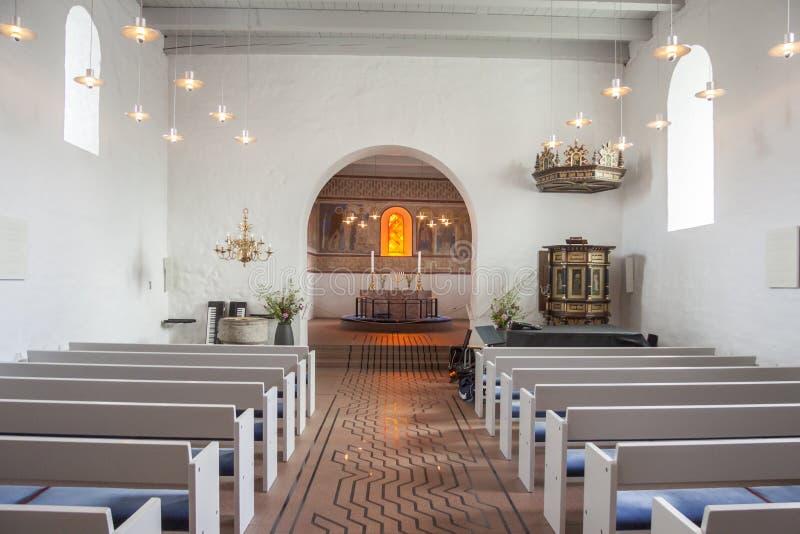 Inre av den vita kyrkan, i Jelling, Danmark royaltyfri fotografi