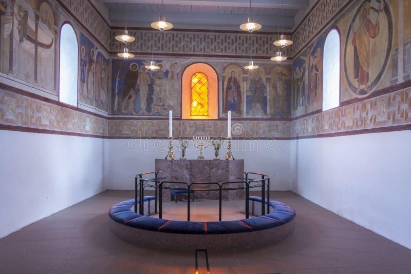 Inre av den vita kyrkan, i Jelling, Danmark royaltyfria bilder