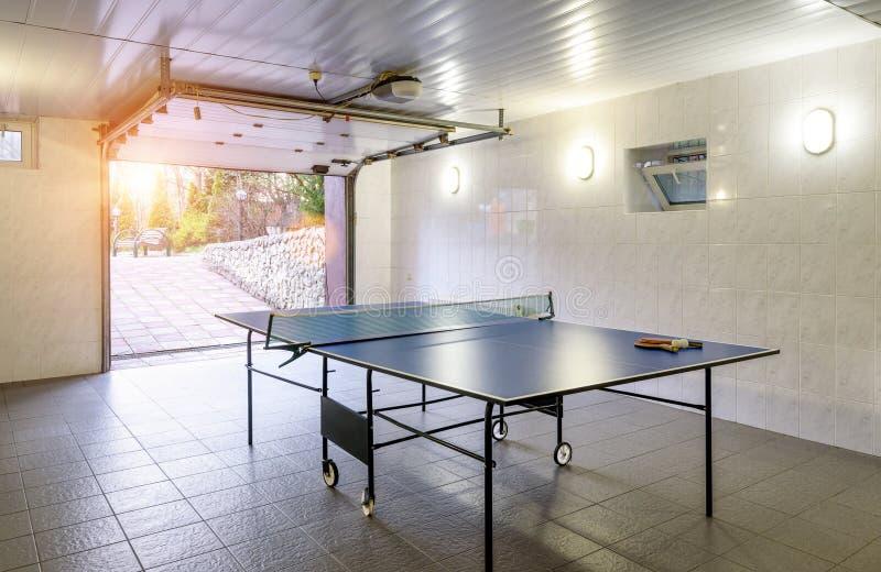 Inre av det bostads- huset eller hotellet med en tabell för tennis fotografering för bildbyråer